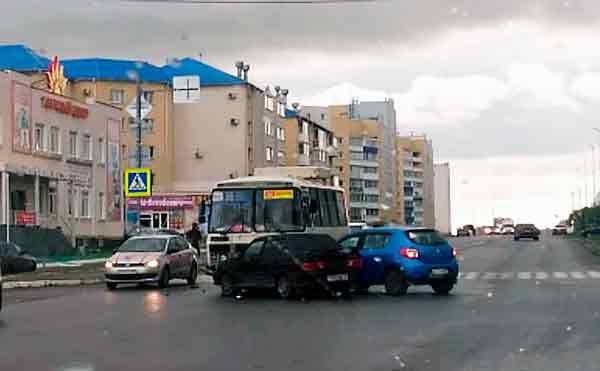 В Кургане на перекрестке столкнулись ПАЗ и две легковушки