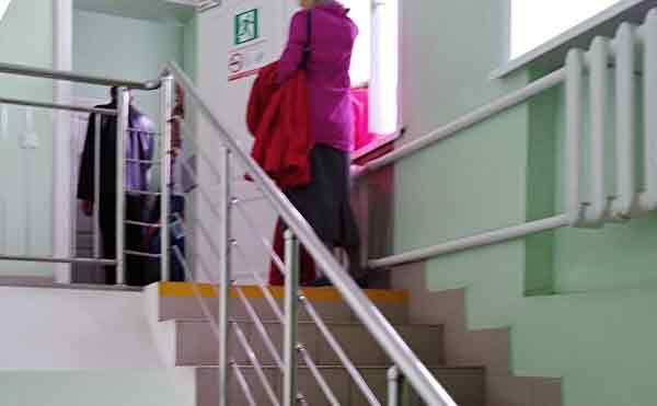 В Курганской поликлинике женщина упала в обморок на лестнице, поднимаясь на третий этаж