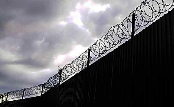 В Курганскую колонию, откуда сбежал заключенный, пытались перебросить телефоны