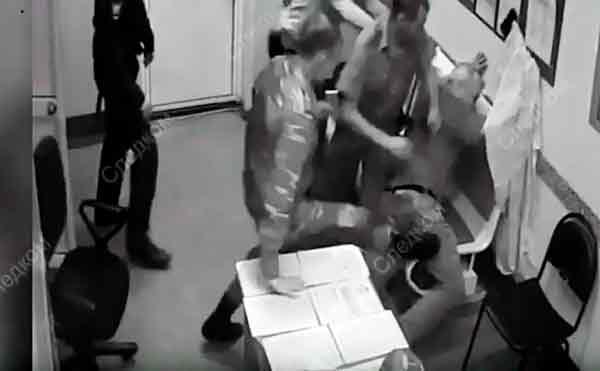 В Кургане пьяный рецидивист напал на полицейских с топором