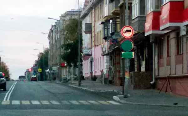 В Кургане вандалы закрасили дорожные знаки на центральной улице