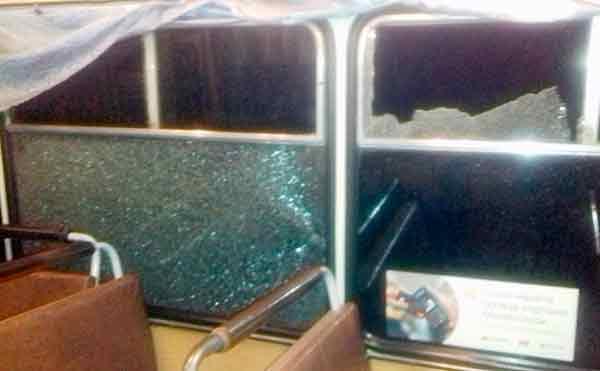 В Кургане пассажирскому автобусу выбили стекла на маршруте