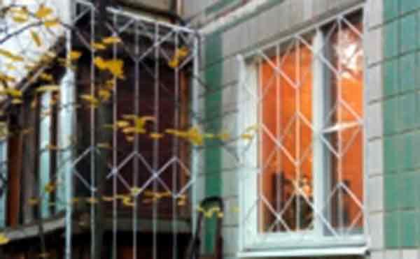 В Кургане спасатели вытащили мужчину, застрявшего в оконной решетке