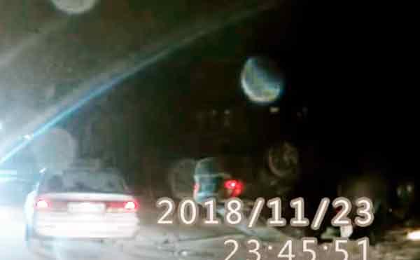 В Кургане автомобиль врезался в фонарный столб и перевернулся на крышу