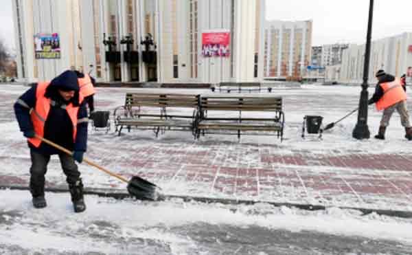 В Кургане очистку улиц от снега и льда проводят в круглосуточном режиме
