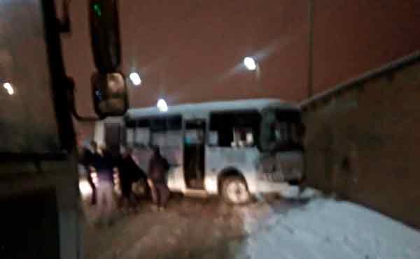 В Кургане пассажирские автобусы устроили гонки на заснеженной дороге и ДТП