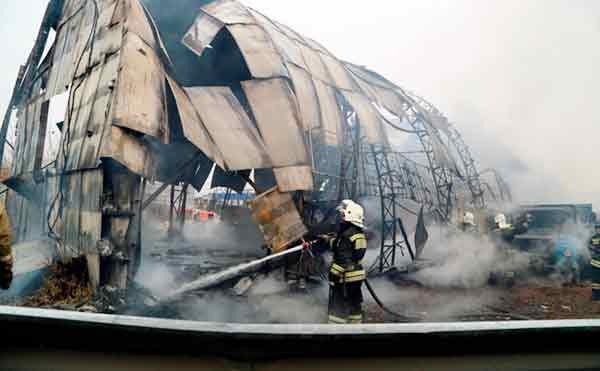 В Кургане спасатели вынесли из горящего ангара баллоны с газом