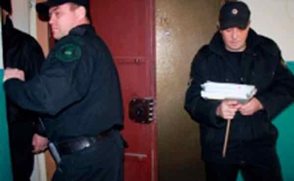 В Кургане судебные приставы сломали должнику дверь в квартиру