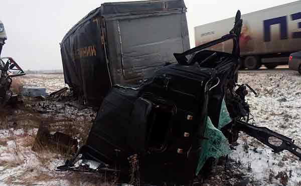 В Курганской области на трассе столкнулись четыре фуры