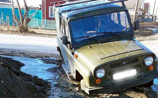 В Курганской области под внедорожником провалился асфальт из-за коммунальной аварии