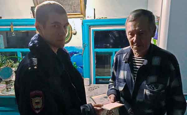 Зауральская полиция вернула пенсионеру потерянные в автобусе документы и деньги