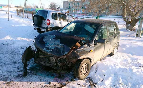 В ДТП между «Лада Калина» и «Нива Шевроле» в Куртамыше пострадал один из водителей