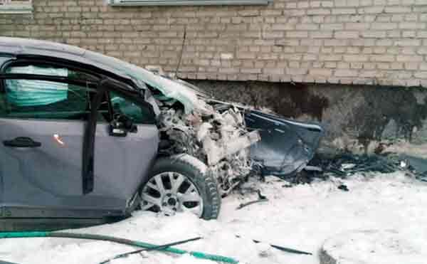 В Кургане иномарка врезалась в стену дома после ДТП на перекрестке