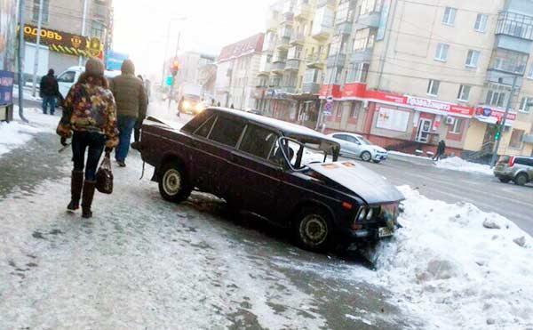В Кургане «шестерка» вылетала на тротуар и уткнулась в сугроб