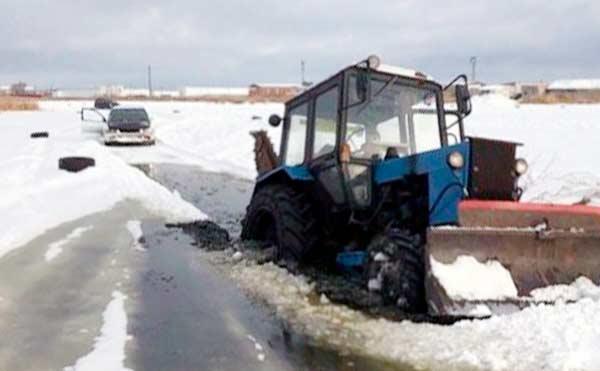 В Кургане трактор чистил болото и провалился под лед