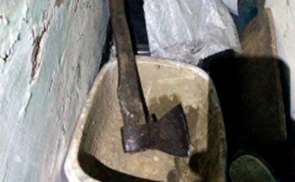 В Курганской области пьяный сельчанин угрожал топором полицейскому