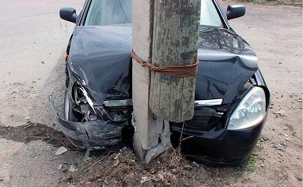 В Курганской области водители дважды столкнулись с электроопорами