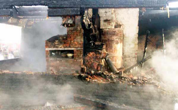 В Мишкинском районе два пенсионера погибли во время пожара из-за замыкания электропроводки