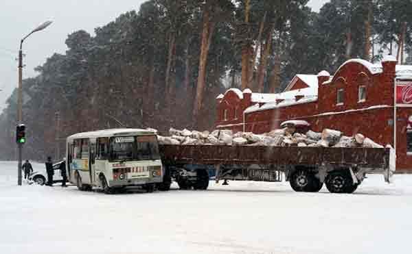 В Шадринске на перекрестке столкнулись пассажирский автобус и лесовоз