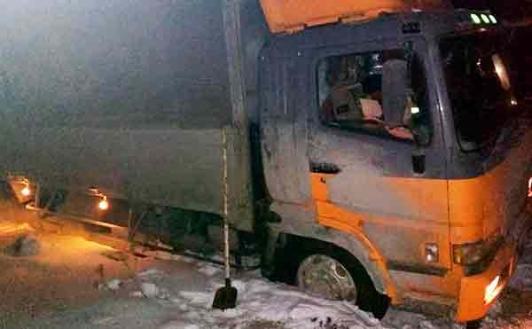 В Шатрово ночью грузовик слетел с трассы в кювет