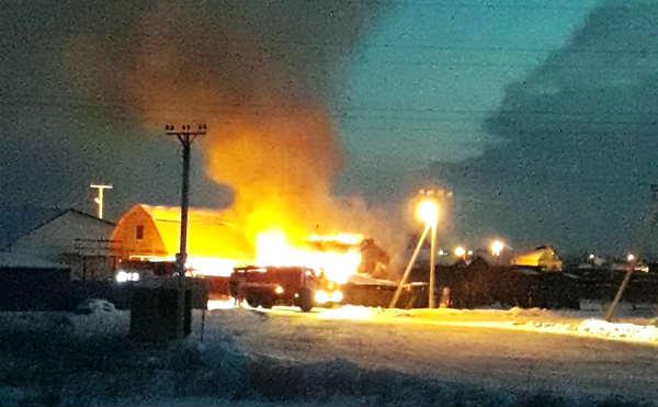 В Кургане больше десятка спасателей тушили пожар в пригороде
