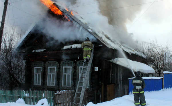 В Кургане горел жилой дом в поселке Рябково
