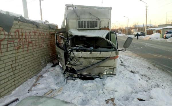 В Кургане грузовик врезался в стену
