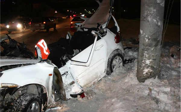 В Кургане в электроопору врезался автомобиль. Двое погибли.