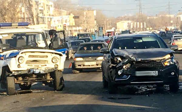 В Кургане полицейский автомобиль столкнулся с легковушкой