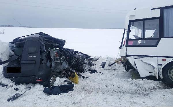 В Курганской области во время столкновения автобуса и иномарки погибли два человека