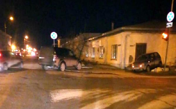 В Шадринске на перекрестке столкнулись внедорожник и малолитражка
