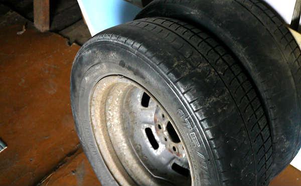 В Кургане гастролер из района украл колеса у двух машин