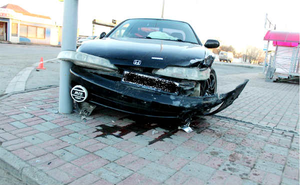 В Кургане после ДТП легковушка сбила пешехода на тротуаре
