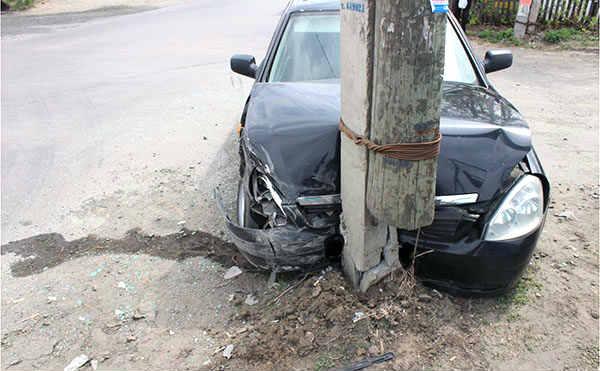 В Курганской области нетрезвый водитель врезался в столб. Пострадал ребенок