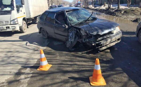 В Шадринске водителю стало плохо за рулем , в он врезался в дерево