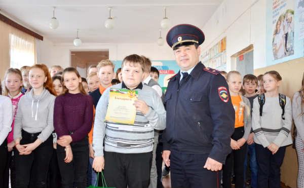 В Щучье школьник отнес в полицию потерянный телефон