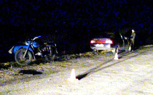 В Варгашах пьяный мотоциклист врезался в припаркованный автомобиль