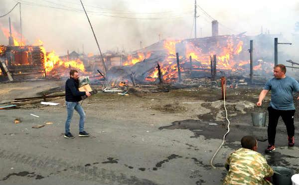 В пригороде Кургана сгорело три дома после взрыва газового баллона