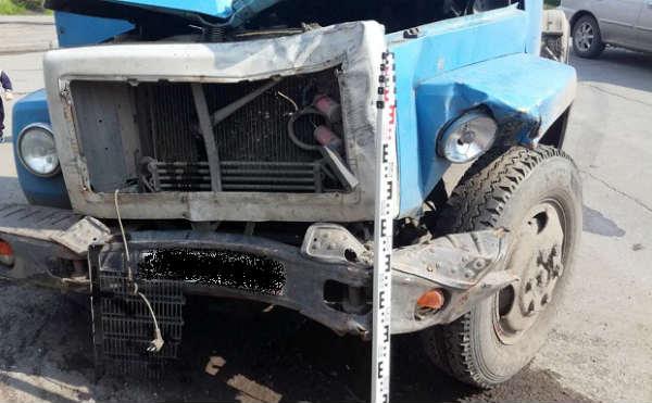 В Кургане автобочка вдавила «CHEVROLET NIVA» в стену дома