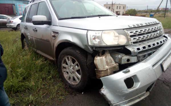 В Кургане «LAND ROVER» протаранил «MAZDA». Пострадал водитель