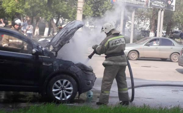В Кургане на центральной улице загорелась иномарка