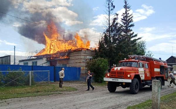 В Курганской области 12 спасателей тушили пожар в жилом доме