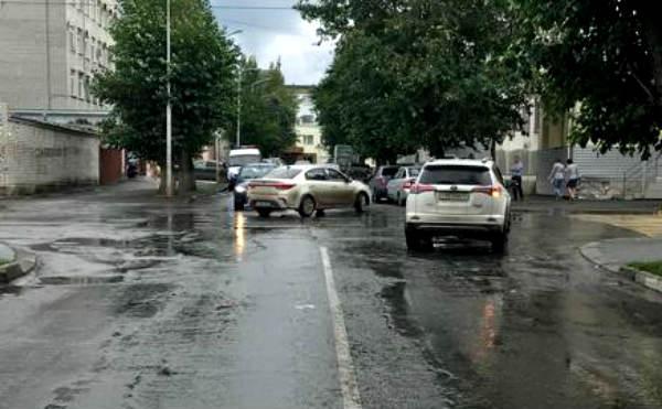 В Кургане две иномарки столкнулись на перекрестке в центре. Пострадали пассажиры