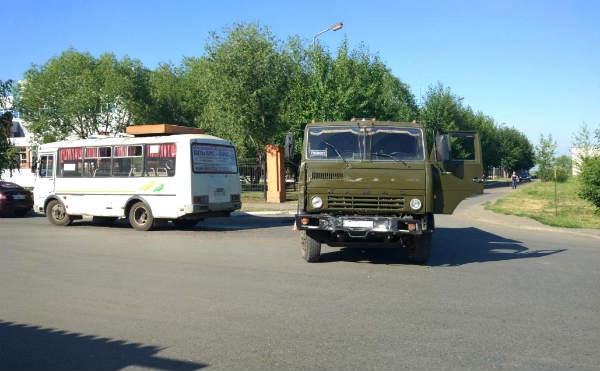 В Кургане КАМАЗ врезался в автобус на перекрестке