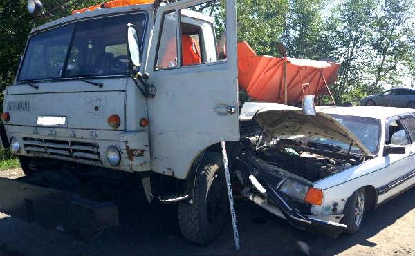 В Кургане столкнулись легковушка и КАМАЗ. Есть пострадавшие