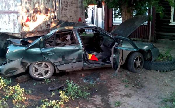 В Шадринске водитель без прав врезался в припаркованный ЗИЛ