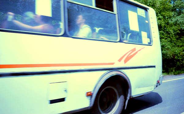 В Кургане пассажирка автобуса упала вместе с годовалым ребенком