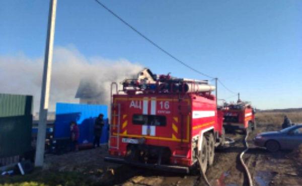 В Кургане пожар в жилом доме тушили 27 спасателей