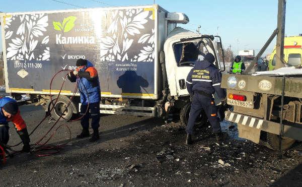 В Кургане столкнулись два грузовика, водитель погиб