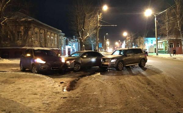 В Кургане на перекрестке столкнулись три автомобиля